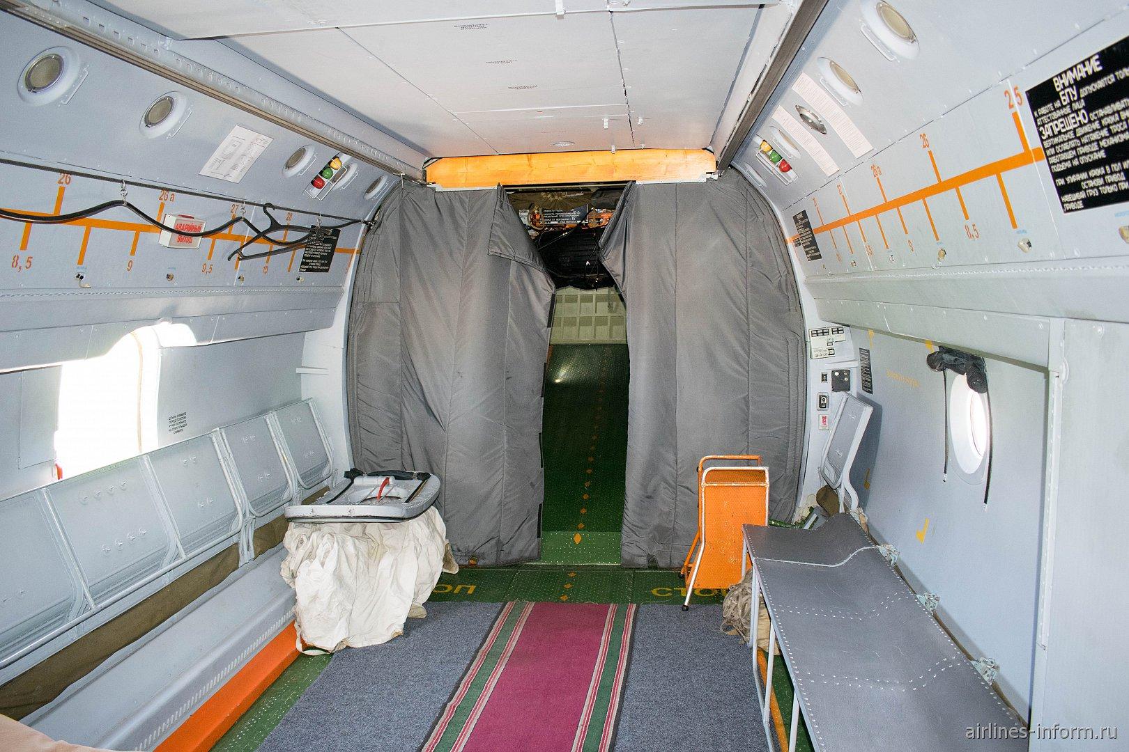 Грузовой отсек самолета Ан-72 ВВС России